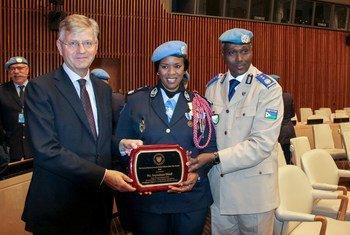 左起:联合国负责维护事务的副秘书长拉克鲁瓦、2019年度杰出维和女警察奖得主赛娜布·迪乌夫(Seynabou Diouf),以及迪乌夫所服务的联合国刚果民主共和国稳定团维和警察负责人阿卜杜纳西尔(Awale Abdounasir)。