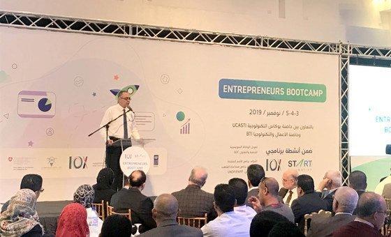 الدكتور رفعت رستم عميد الجامعة الإسلامية في عزة يلقي بكلمة في مخيم رواد الأعمال