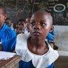 Un niño sentado en su escritorio en una escuela primaria gubernamental apoyada por UNICEF, en Douala, Camerún.