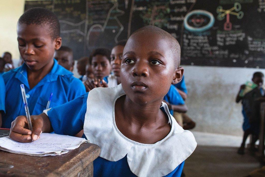 Mtoto akiwa ameketi dawatini katika shule ya msingi mjini Doula, Cameroon  inayopatiwa ufadhili na UNICEF