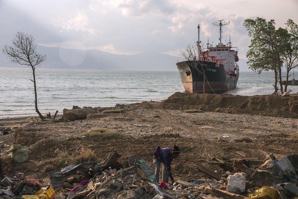 Hali baada ya tsunami ya mwaka 2018 kupiga ufukwe wa Palu, Indonesia.