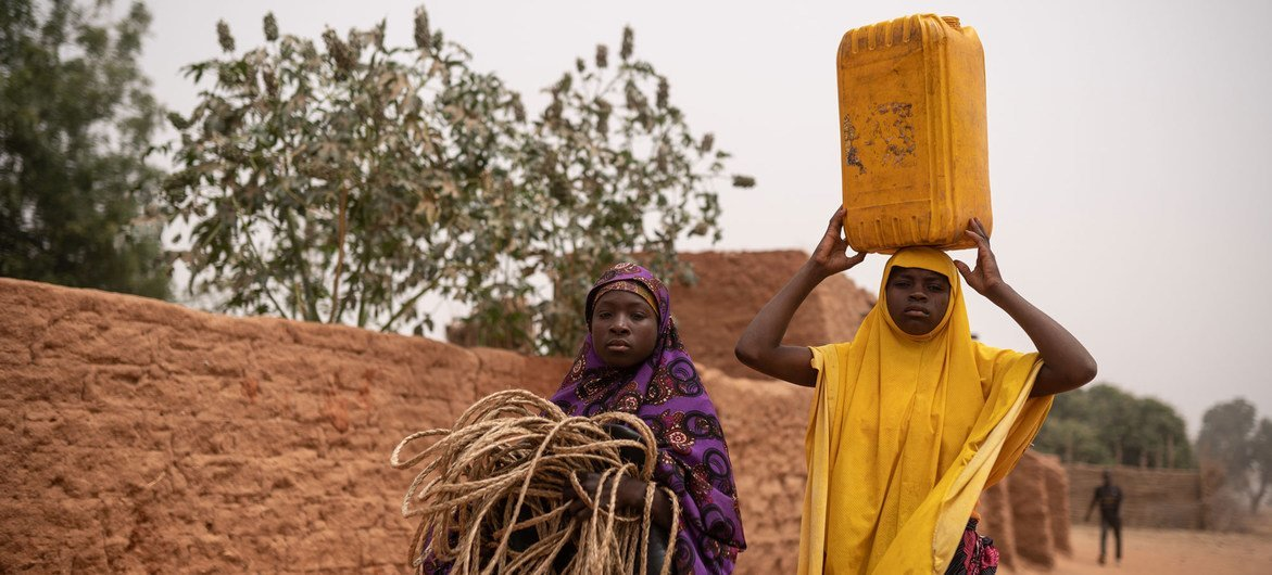 Rokaya and Jamila, two teenagers from Niger, spend several hours every day to collect water for their families.