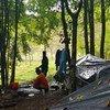 مهاجرون ينامون في الغابة بالقرب من بيهاتش في البوسنة والهرسك.
