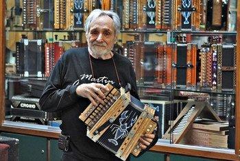 Clarence Martin fait des accordéons depuis 37 ans.