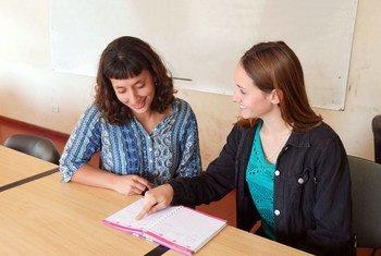 Luciana Sánchez (à gauche), psychologue bénévole, aide la jeune Micaela Resumil à étudier dans le cadre du programme de mentorat à Mar del Plata, Argentine.