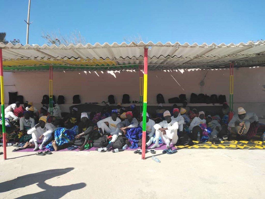 移民船只沉没事故的幸存者正在毛里塔尼亚海岸附近等待领取由毛里塔尼亚政府、国际移民组织及联合国难民署提供的援助。