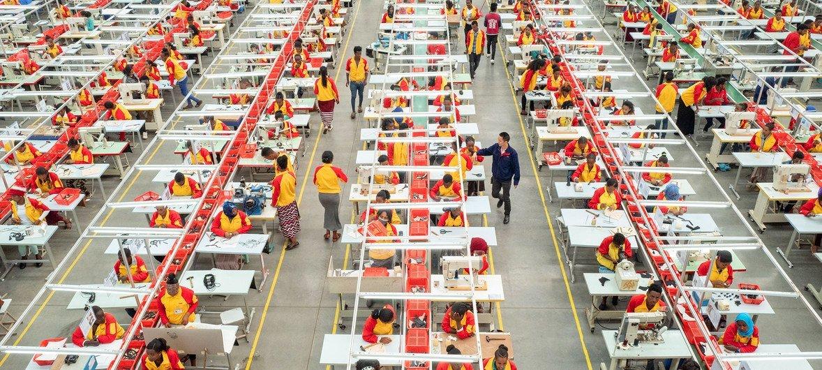 Des ouvriers d'une usine chinoise de fabrication de chaussures à Addis-Abeba, en Éthiopie.