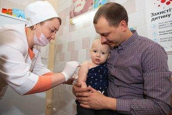 Вакцина от кори делается в два этапа. Первую дозу желательно ввести еще в младенческом возрасте
