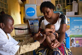 Une mère tient son bébé de 3 mois qui reçoit une vaccination dans un centre de santé de Lubumbashi, en République démocratique du Congo.