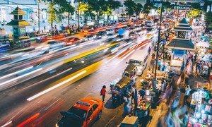 Imagen nocturna en cámara rápida de una calle muy transitada en Bangkok, Tailandia.