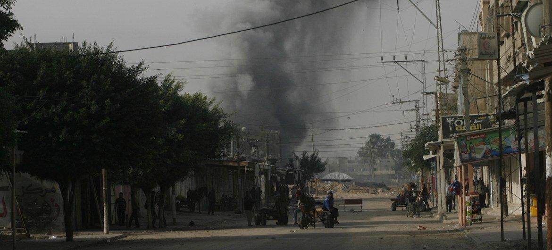Дым в результате авиаударов по городу Рафах на юге сектора Газа (фото из архива)