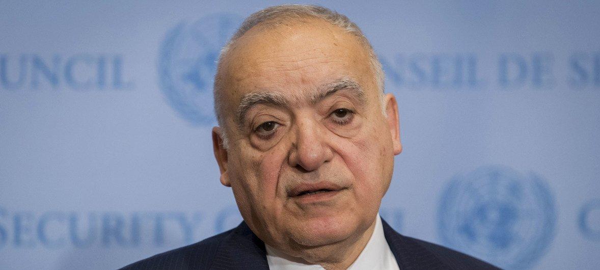 El representante especial y Jefe de la Misión de Apoyo de las Naciones Unidas en Libia (UNSMIL), Ghassan Salameh, atiende a los medios de comunicación.