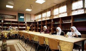 学生们在利比亚的黎波里的一所学校的图书馆里读书。