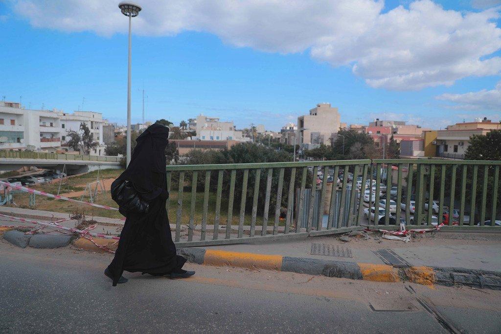سيّدة تسير في شوارع العاصمة الليبية طرابلس (الأرشيف)