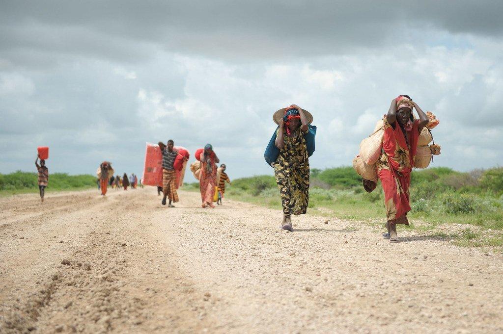 Maelfu ya watu nchini Somalia wanaedelea kukimbia kutokana na mafuriko na mizozo.