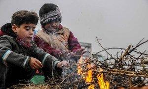 Niños juegan en un campamento de desplazados al sur de Idlib, en Siria