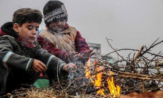Crianças brincam em um campo de deslocados no sul de Idlib, na Síria.