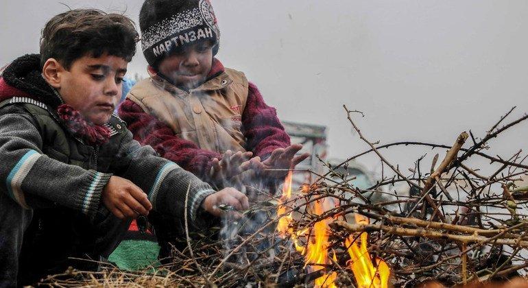Дети в лагере для внутренних переселенцев на юге сирийской провинции Идлиб.