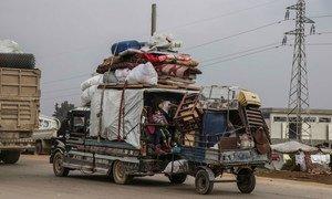 الكثير من العائلات تحاول الفرار بسبب تصاعد القتال في شمالي سوريا