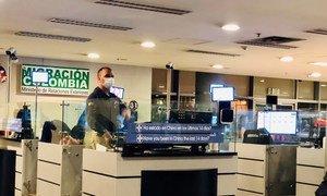 通过波哥大机场进入哥伦比亚的旅客正在接受冠状病毒问询排查。