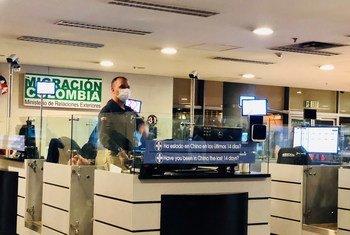 Los viajeros que llegan a Colombia en el aeropuerto de Bogotá son sometidos a controles por el coronavirus
