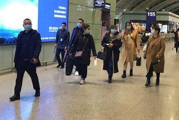 在中国成都双流国际机场,人们戴着口罩。