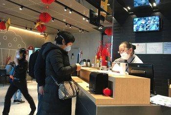 أشخاص يرتدون الأقنعة في مطار تشينغدو شوانغليو الدولي في الصين
