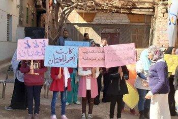 В Египте все еще существует унизительная практика «женского обрезания». На фото: молодежь Египта выступает против таких операций.