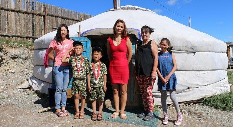 Nyamdulam y su familia se mudaron de la Mongolia rural a la capital Ulaanbaatar en 2010, cuando no pudieron continuar viviendo de su actividad como pastores.