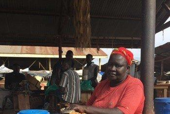 Vurugu nhcini Jamhuri ya Kidemokrasia ya Kongo zinasababisha watu kukimbia kuelekea Uganda kwa mfano Marisa anayeuza bidhaa katika soko.