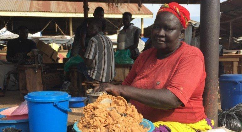 La violencia en la República Democrática del Congo forzó a Marisa a abandonar su hogar y migrar a Koboko, en el norte de Uganda, donde vive muy modestamente de vender en el mercado comida hecha en casa.