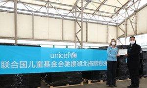 2020年3月1日,在上海浦东国际机场,联合国儿童基金会驻华代表芮心月(Cynthia McCaffrey,图左)将交接证书递交给商务部驻上海特派员办事处副特派员徐兴锋。联合国儿童基金会在上海向中国政府移交最新一批援助中国的医疗物资。这批物资重量超过12吨,将被转运至疫情最为严重的武汉及湖北省其他地区,用于支持中国抗击2019冠状病毒病疫情。