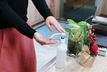 Desinfectante para manos en la entrada de las oficinas de la OMS en China. Es una de las medidas recomendadas frente al coronavirus