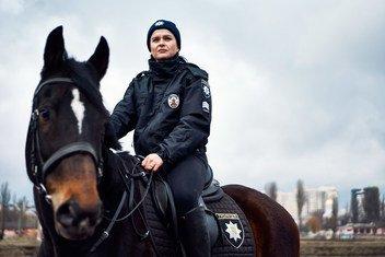 Яна Хмелёва с детства мечтала работать в правоохранительных органах и добилась своего: она служит в кавалерийской роте Департамента патрульной полиции