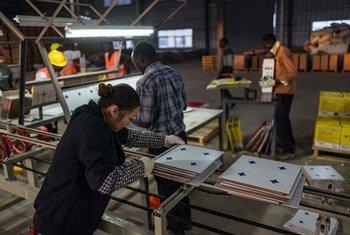 Женщины трудятся наравне с мужчинами, но зачастую получают меньшую зарплату за ту же работу.