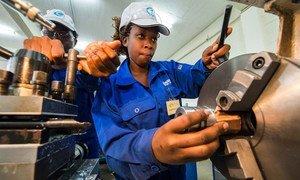 Una mujer recibe capacitación en un taller de ingeniería en Kenya
