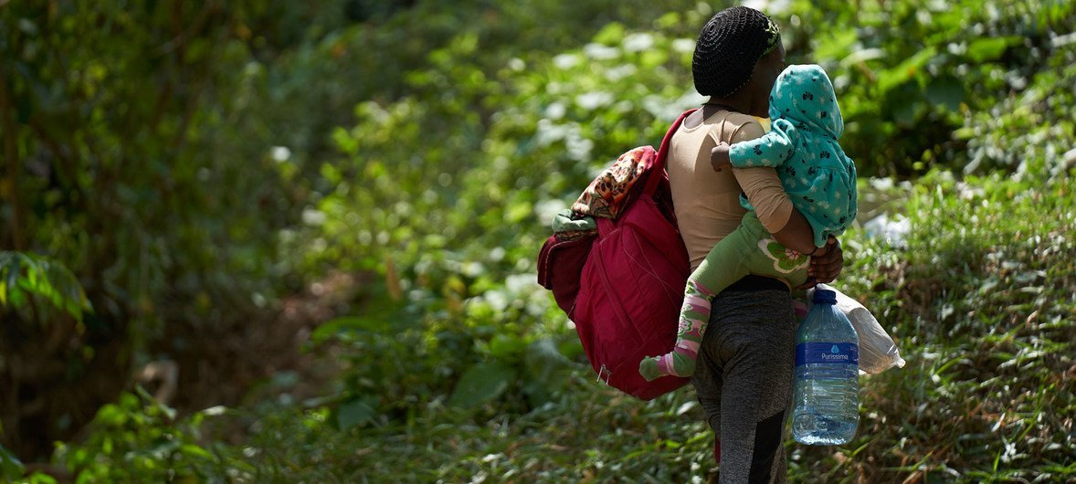 巴拿马的一个移民接待中心内,一名来自塞拉利昂的年轻母亲抱着婴儿。