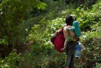 Une jeune mère originaire de Sierra Leone et son bébé arrivent dans un refuge pour migrants à La Peñita, Darien, Panama.