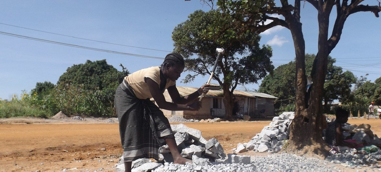 埃斯特·达米亚尼(Ester Damiani)是坦桑尼亚的一名碎石工,她为建筑物制作鹅卵石。