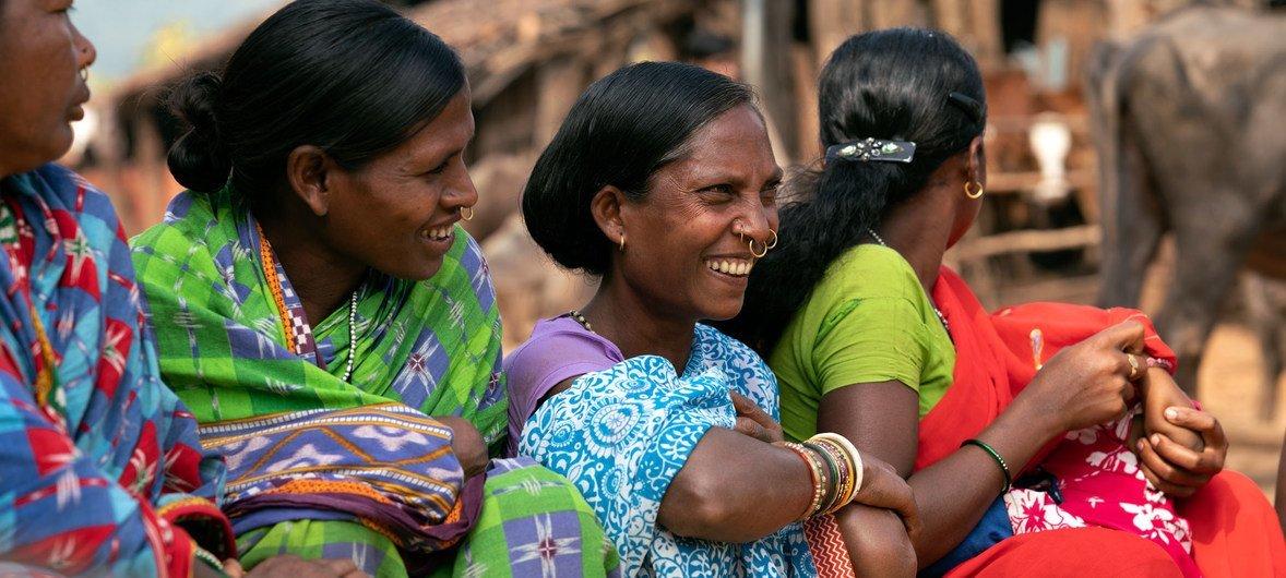 印度一个村庄的妇女召开自助小组会议。
