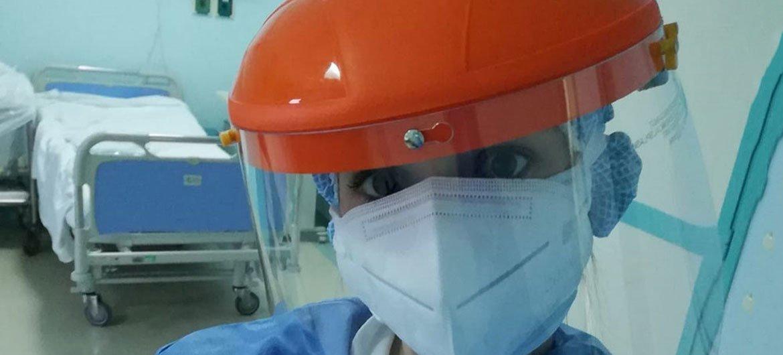Laura Lupi usando material de proteção