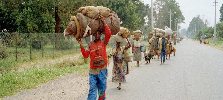 Refugiados ruandadeses huyen del país durante el genocidio de Rwanda en 1995.