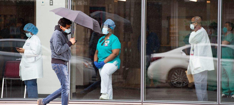 纽约市阿斯托里亚的西奈山医院的医务人员正在等待冠状病毒的检测。