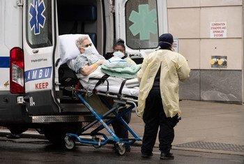 Un paciente llega al hospital Mount Sinai de Nueva York.