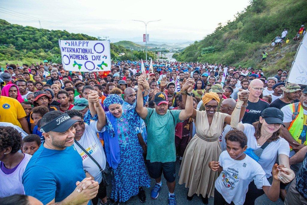2020年3月,联合国副秘书长阿米纳·穆罕默德(中左)在巴布亚新几内亚莫尔兹比港参加支持国际妇女节的游行