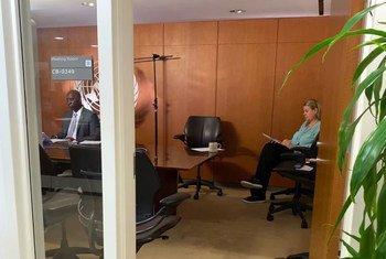 2020年3月27日,联合国大会主席蒂贾尼·穆罕默德·班迪(左)和他的办公厅主任马里·斯克雷大使在四个联合国机构负责人向会员国举行的历史性虚拟联合简报会上。