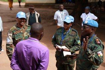 Une équipe de la MINUSS parle avec des habitants d'un village sud-soudanais sur un marché
