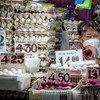 在菲律宾基亚波,一名卖鸡蛋妇女坐在摊位里。