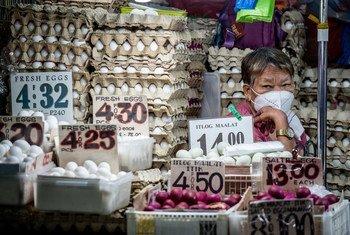 بائعة في الفلبين تبيع البيض.
