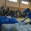 Famílias estão abrigadas em um centro esportivo em Pemba, Moçambique, após fugirem do conflito